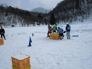 さかだに雪まつり 雪玉を取りに走る選手たち/どこまでもアマチュア