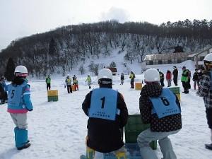 さかだに雪まつり 後方で様子をうかがう選手たち/どこまでもアマチュア