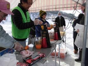 さかだに雪まつり ニンジンジュースのサービスコーナー/どこまでもアマチュア
