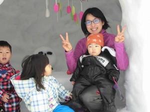 さかだに雪まつり 雪像づくりコンクール かまくらの中でポーズをとる親子/どこまでもアマチュア