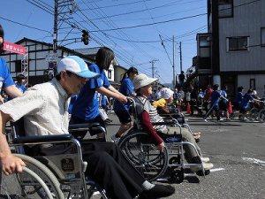 第51回越前大野名水マラソン 奥越明成高校生徒ボランティアのみなさんと楽しむ車いす走行者たち/どこまでもアマチュア