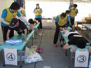 第51回越前大野名水マラソン 柔道整復師ボランティアに身体の状態を調整してもらっているマラソンランナー/どこまでもアマチュア