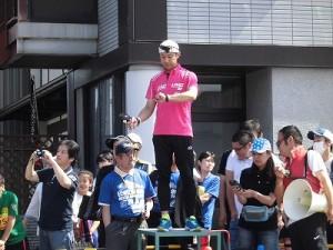 第51回越前大野名水マラソン ピストルを撃つタイミングを計るゲストランナー 森脇 健児氏/どこまでもアマチュア