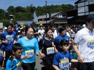 第51回越前大野名水マラソン お母さんと一緒にスタートを切るボクちゃんランナー/どこまでもアマチュア