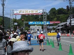 第51回越前大野名水マラソン ゴール地点に帰ってきたマラソンランナーたち/どこまでもアマチュア