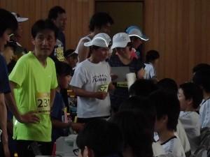 第51回越前大野名水マラソン 完走証の交付を申請するランナーたち/どこまでもアマチュア