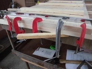 日曜大工自習教室~ズブの素人編~ 扉の材料をクランプで羽交い絞め/どこまでもアマチュア