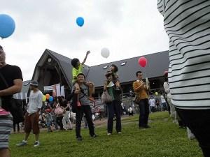 六呂師高原アルプス音楽祭2015 バルーンリリースMCの合図待ち/どこまでもアマチュア