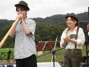 六呂師高原アルプス音楽祭2015 アルプス音楽団 希望者のアルプホルン試し吹き開始/どこまでもアマチュア