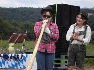 六呂師高原アルプス音楽祭2015 アルプス音楽団 アルプホルン試し吹き五人目/どこまでもアマチュア