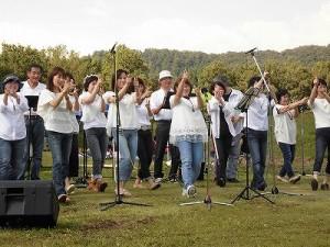 六呂師高原アルプス音楽祭2015 ゴスペル・ウィンディ・フレンズがノリノリでシングアウト/どこまでもアマチュア