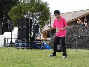 六呂師高原アルプス音楽祭2015 藤島高校ジャグリング部 林君の巧みなデビルスティック操作/どこまでもアマチュア