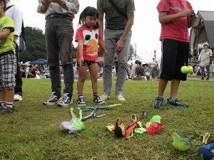 六呂師高原アルプス音楽祭2015 藤島高校ジャグリング部 衆目を集めているカラフルなポイ/どこまでもアマチュア