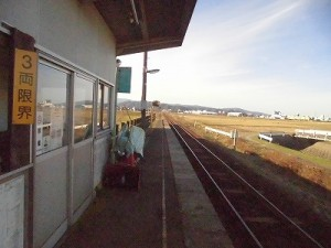 六条駅を紹介します。 一旦駅舎前を通過/どこまでもアマチュア