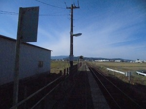 六条駅を紹介します。 数字の掲示物の向こう側のプラットホーム/どこまでもアマチュア