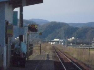 六条駅を紹介します。 遠くから近づいてくる列車/どこまでもアマチュア