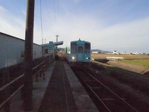 六条駅を紹介します。 停車位置にゆっくり進む列車/どこまでもアマチュア
