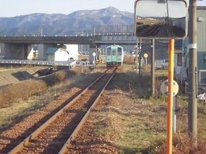 六条駅を紹介します。北陸自動車道の高架にさしかかる列車/どこまでもアマチュア