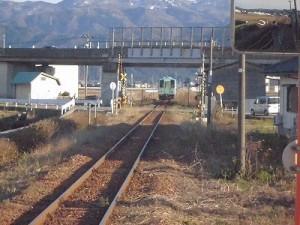 六条駅を紹介します。列車の通過後遮断機が上がる踏切/どこまでもアマチュア