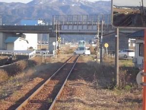 六条駅を紹介します。もう車が横断できるようになった踏切/どこまでもアマチュア