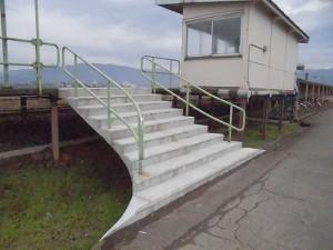 足羽駅はこんなところでした。 プラットホームに上がる階段/どこまでもアマチュア