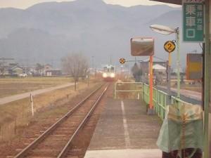 足羽駅はこんなところでした。 さらに減速した列車/どこまでもアマチュア
