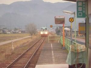 足羽駅はこんなところでした。 なかなか到着しない列車/どこまでもアマチュア