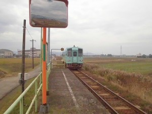 足羽駅はこんなところでした。 ホームを離れる列車/どこまでもアマチュア