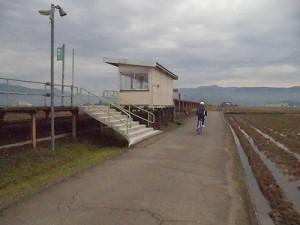 足羽駅はこんなところでした。 階段/どこまでもアマチュア
