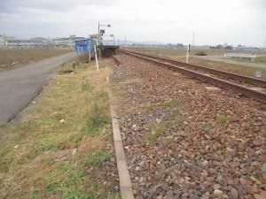 足羽駅はこんなところでした。 線路のそばから見た足羽駅/どこまでもアマチュア