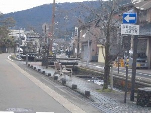 越前東郷駅を見てきました。 道の真ん中に川が流れて風情たっぷりの様子/どこまでもアマチュア