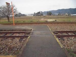 越前東郷駅を見てきました。 駅舎裏でまたぐ線路/どこまでもアマチュア