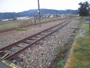越前東郷駅を見てきました。 駅舎裏でまたぐ線路が本線とつながっている/どこまでもアマチュア