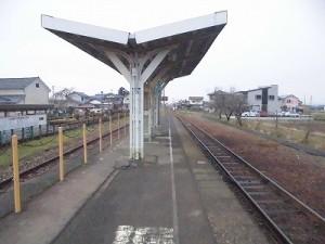 越前東郷駅を見てきました。プラットホーム内ひさしに到着/どこまでもアマチュア