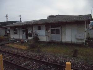 越前東郷駅を見てきました。 駅舎を線路側から見た様子/どこまでもアマチュア