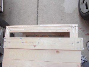 日曜大工教室~我流か自己流か編~ 木工ボンド塗布中/どこまでもアマチュア