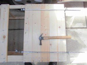 日曜大工教室~我流か自己流か編 背面の板のビス留めのハタガネ締め/どこまでもアマチュア