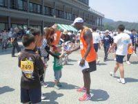 第52回越前大野名水マラソン ランナーと健闘を讃えあうワイナイナ氏/どこまでもアマチュア