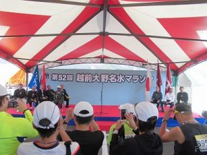 第52回越前大野名水マラソン 開会式に集まった参加者/どこまでもアマチュア