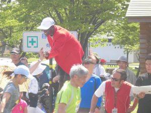 第52回越前大野名水マラソン ランナーたちを激励するワイナイナ氏/どこまでもアマチュア