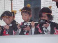 そばを食べている園児たち