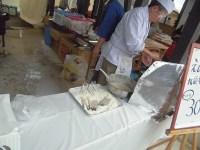 エビの天ぷらを揚げているブース