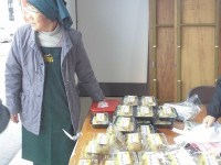 六呂師高原特産物会の美人販売スタッフ