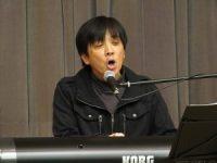 歌唱する古川 勝氏