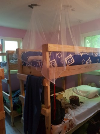 Mein Bett (das oben) mit professioneller Moskitonetzvorrichtung