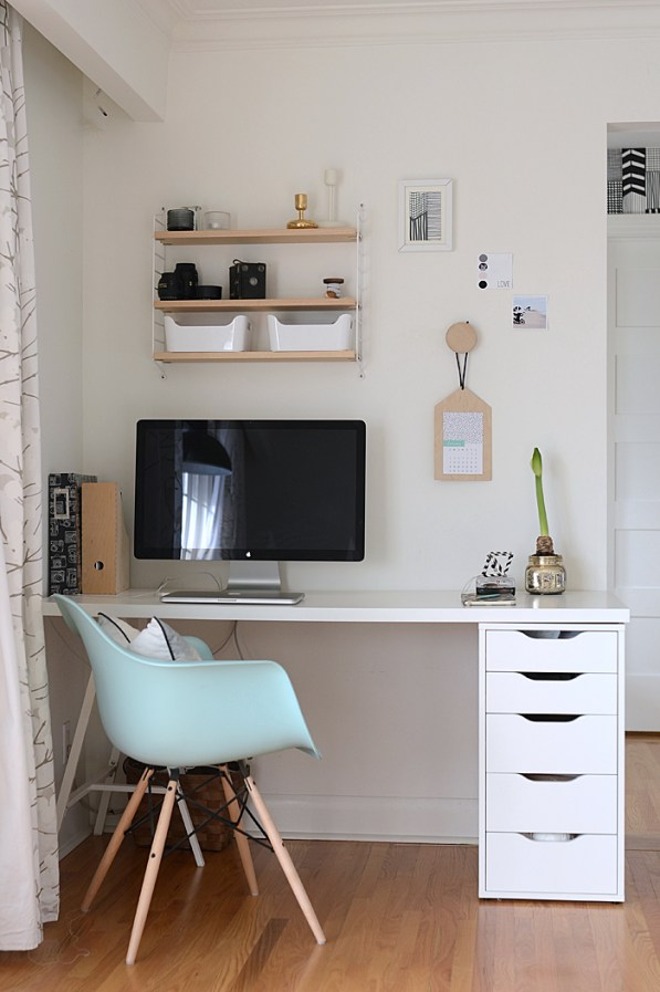 angolo scrivania con scaffali