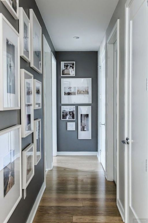 Un corridoio stretto arredato con foto di famiglia