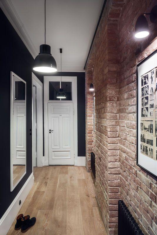 corridoio con pareti di mattoni