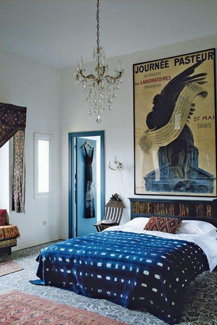 camera da letto con grande quadro dietro il letto