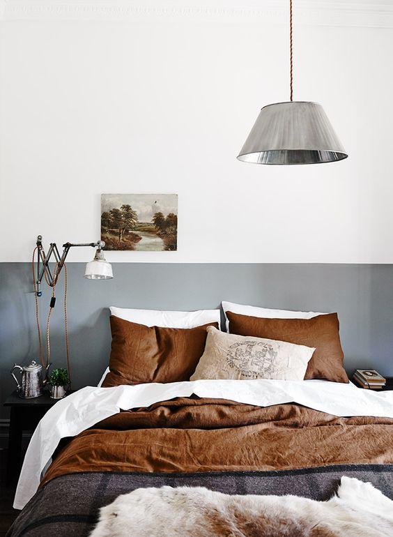 camera da letto con parete grigia per metà